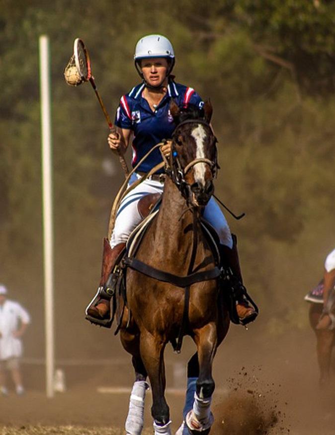 Abb. 12: Westliche Reiterin im dynamischen Spiel. Knie und Füße zeigen nach vorne. Beine sind nicht zu weit auseinander.