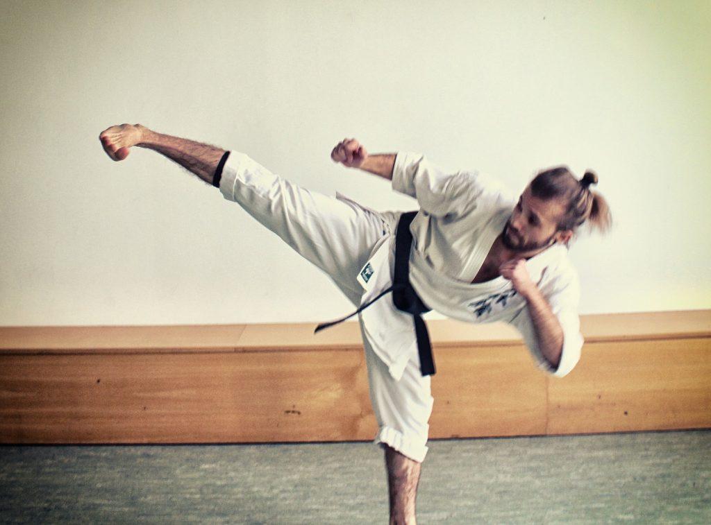Abb. 4: Nach hinten gelehnter Yoko Geri Kekomi, mit Schwung, aber ohne Effizienz.
